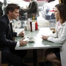 Emily Deschanel e David Boreanaz nell'episodio The Beginning in the End di Bones