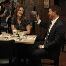 Emily Deschanel e David Boreanaz nell'episodio The Bones on the Blue Line di Bones