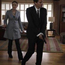 Emily Deschanel e David Boreanaz nell'episodio The Dentist in the Ditch di Bones