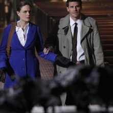 Emily Deschanel e David Boreanaz nell'episodio The Devil in the Details di Bones