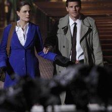 Emily Deschanel e David Boreanaz nell'episodio The Devil in the Details di Bones