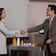 Emily Deschanel e la guest star Henri Lubatti nell'episodio The Devil in the Details di Bones