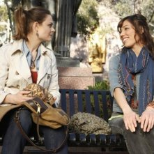 Emily Deschanel e Michaela Conlin nell'episodio The Parts in the Sum of the Whole di Bones