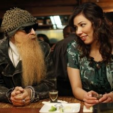 La guest star Billy F. Gibbons con Michaela Conlin nell'episodio The Witch in the Wardrobe di Bones