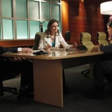 La guest star Clea Duvall, Emily Deschanel e David Boreanaz in una scena dell'episodio The Bones on the Blue Line di Bones