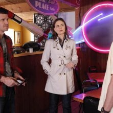 La guest star Dean Haglund, Emily Deschanel e David Boreanaz in una scena dell'episodio The X in the File di Bones
