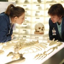 La guest star Eric Millegan ed Emily Deschanel nell'episodio The Parts in the Sum of the Whole di Bones