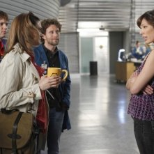 La guest star Eric Millegan, T.J. Thyne, Emily Deschanel e Michaela Conlin nell'episodio The Parts in the Sum of the Whole di Bones