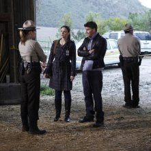 La guest star Jenica Bergere, Emily Deschanel e David Boreanaz nell'episodio The Death of the Queen Bee di Bones