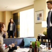 La guest star Josh Todd con David Boreanaz ed Emily Deschanel nell'episodio The Rocker in the Rinse Cycle di Bones