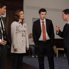 La guest star Joshua Malina, John Francis Daley, Emily Deschanel e David Boreanaz nell'episodio The Devil in the Details di Bones