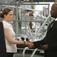 La guest star Richard T. Jones ed Emily Deschanel nell'episodio The Proof in the Pudding di Bones