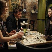 La guest star Seiko Matsuda, Emily Deschanel e David Boreanaz nell'episodio The Bones on the Blue Line di Bones