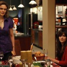La guest star Zooey Deschanel ed Emily Deschanel nell'episodio The Goop on the Girl di Bones