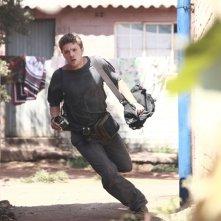 Ryan Phillippe in corsa in una scena del film The Bang Bang Club