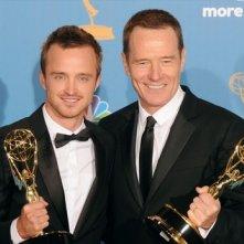 Aaron Paul e Bryan Cranston con gli Emmy vinti per Breaking Bad nel 2010