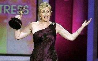 Jane Lynch con l'Emmy vinto per l'interpretazione di Sue Sylvester in Glee