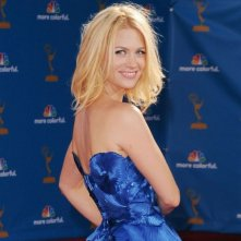 January Jones sfila sul tappeto rosso degli Emmy 2010
