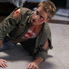 Justin Hartley ferito in un momento dell'episodio La regina rossa di Smallville