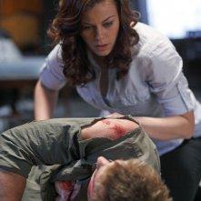 Tess (Cassidy Freeman) soccorre Oliver (Justin Hartley) in una scena dell'episodio La regina rossa di Smallville