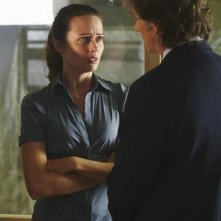 Amy Acker e Steven Weber nell'episodio This Is Why We Stay di Happy Town