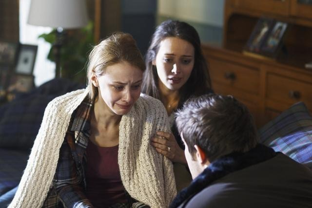Amy Acker Sarah Gadon E Geoff Stults Nell Episodio I Came To Haplin For The Waters Di Happy Town 173877