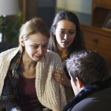 Amy Acker, Sarah Gadon e Geoff Stults nell'episodio I Came to Haplin for the Waters di Happy Town