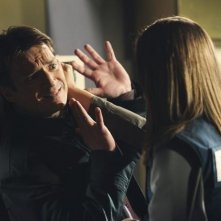 Nathan Fillion e Stana Katic in un momento dell'episodio A Deadly Affair di Castle