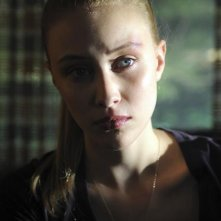 Sarah Gadon in una scena dell'episodio Polly Wants a Crack at Her di Happy Town