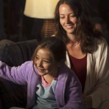 Sophia Ewaniuk ed Amy Acker nell'episodio Slight of Hand di Happy Town