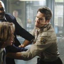 Steven Weber, Robert Wisdom e Geoff Stults in una scena dell'episodio Questions and Antlers di Happy Town