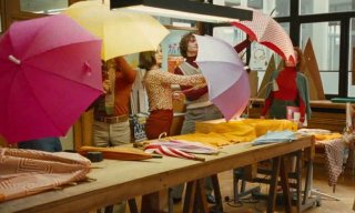 Una coloratissima scena del film Potiche, di Ozon