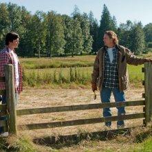 Clark (Tom Welling) e Jonathan (John Schneider) alla fattoria Kent in: Lazarus di Smallville