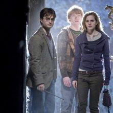 I nostri protagonisti (Daniel Radcliffe, Rupert Grint ed Emma Watson) in una sequenza di Harry Potter e i Doni della Morte - parte 1