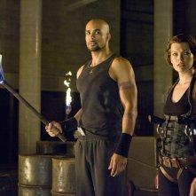 Luthor (Boris Kodjoe) e Alice (Milla Jovovich) in una sequenza del film Resident Evil: Afterlife