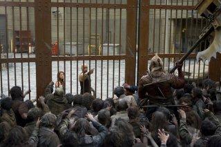 Luthor (Boris Kodjoe) e Claire (Ali Larter) con gli zombie alle porte nel film Resident Evil: Afterlife