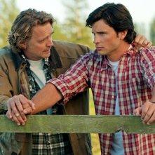 Smallville: una scena dell'episodio Lazarus con John Schneider e Tom Welling