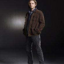 Aaron Stanford è Birkhoff in una foto promo della serie Nikita