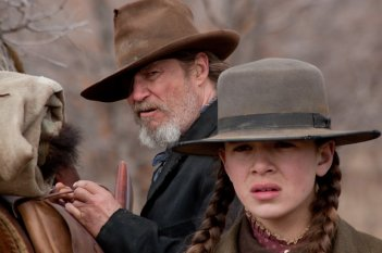 Hailee Steinfeld e Jeff Bridges in una prima immagine tratta da True Grit