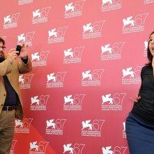 Venezia 2010: Ambra Angiolini e Giuseppe Battiston, protagonisti di Notizie degli scavi, giocano durante il photocall