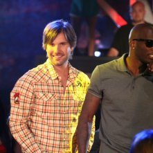 Jon Lajoie e Chad Ochocinco in una scena della premiere della stagione 2 di The League