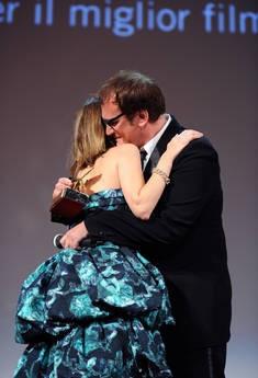 Venezia 2010: Sofia Coppola, autrice di Somewhere, abbraccia Quentin Tarantino durante la cerimonia di premiazione
