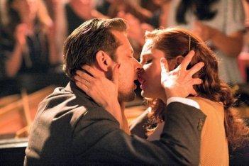 Audrey Dana con Laurent Couson in una scena del film Ces amours-là