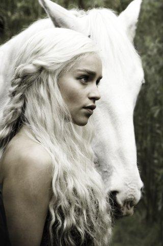 Emilia Clarke interpreta Daenerys Targaryen in una delle prime immagini della nuova serie HBO Game of Thrones