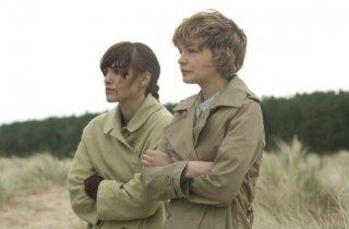 Keira Knightley e Carey Mulligan in una scena di Never Let Me Go