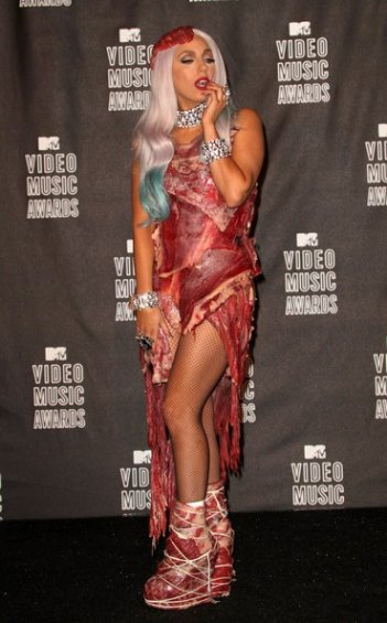 Lady GaGa ai MTV Video Awards 2010 con un abito di carne