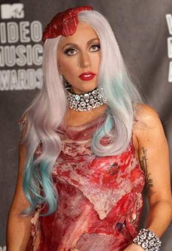 Lady GaGa ai MTV Video Awards 2010 con un abito fatto interamente di carne