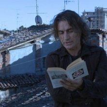 Luciano Ligabue davanti alla Costituzione Italiana nel film Niente Paura