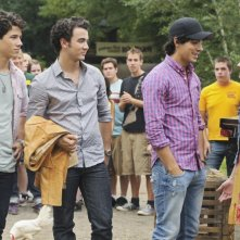 Demi Lovato e i Jonas Brothers in una scena di Camp Rock 2
