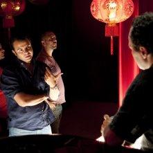 Edoardo De Angelis (di spalle) parla con Massimiliano Gallo sul set di Mozzarella Stories